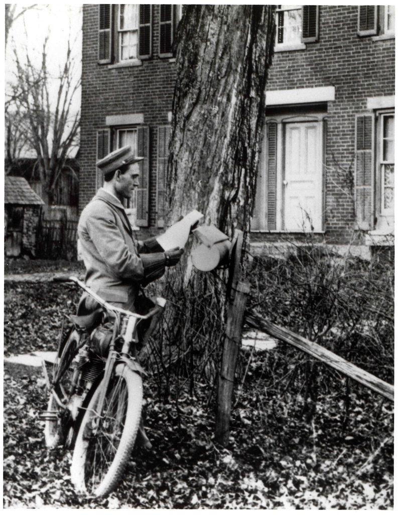 Tenhle pošťák má sice kolo, ale pro ilustraci myšlenky zajisté stačí. Vzato z Foteru, žádná omezení prý nejsou známa: http://foter.com/photo/letter-carrier-delivering-mail-by-bicycle/