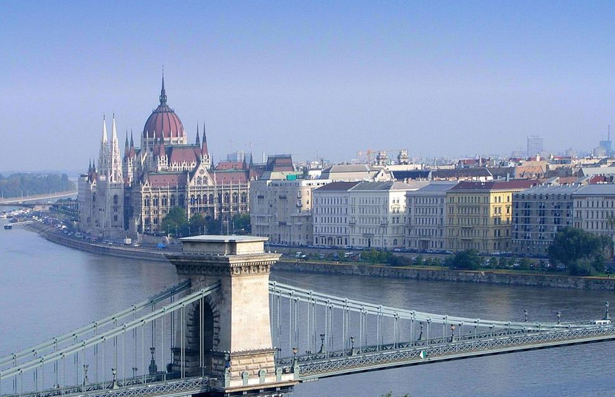 """Zvláštním druhem syntetických jazyků jsou jazyky aglutinační neboli """"lepidlové"""". Patří mezi ně například i maďarština. Maďarsky se mluví mj. i v maďarském Parlamentu, který vidíte na obrázku... Já vím, je to slabý. Ale kdo má ty obrázky pořád vymýšlet? Ještě jsem sem mohl dát lepidlo. To mi ten Parlamanet přijde lepší..."""
