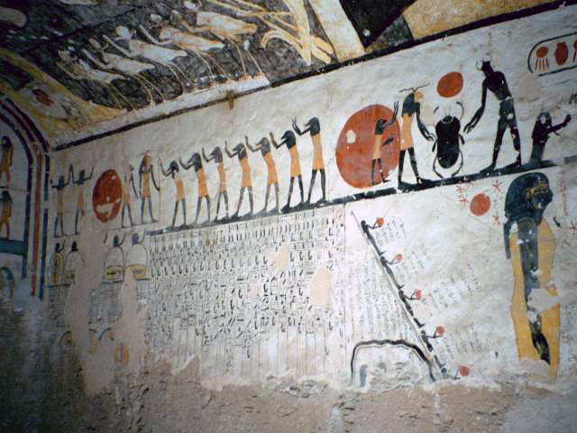 Také staří Egypťané věřili v magickou moc jmen. Pokud jste znali jména bohů, dávalo vám to nad nimi určitou symbolickou moc, což se hodilo hlavně při cestě na onen svět. Pro ilustraci uvádím snímek krásné výzdoby hrobky Ramsese IV. z Údolí králů. Photo taken by Hajor, Dec. 2001. Released under cc.by.sa and/or GFDL.