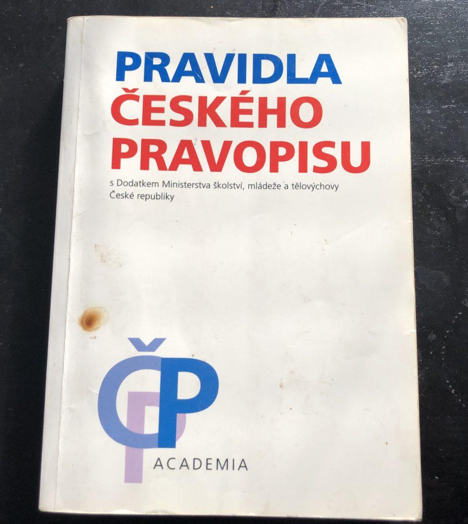 Toto jsou má Pravidla českého pravopisu z roku 1998. Archivní kousek. Podle stavu obálky se můžete přesvědčit, že jsem tu knihu fakt pečlivě studoval. Speciálně jsem hrdý na to propálení cigaretou :)