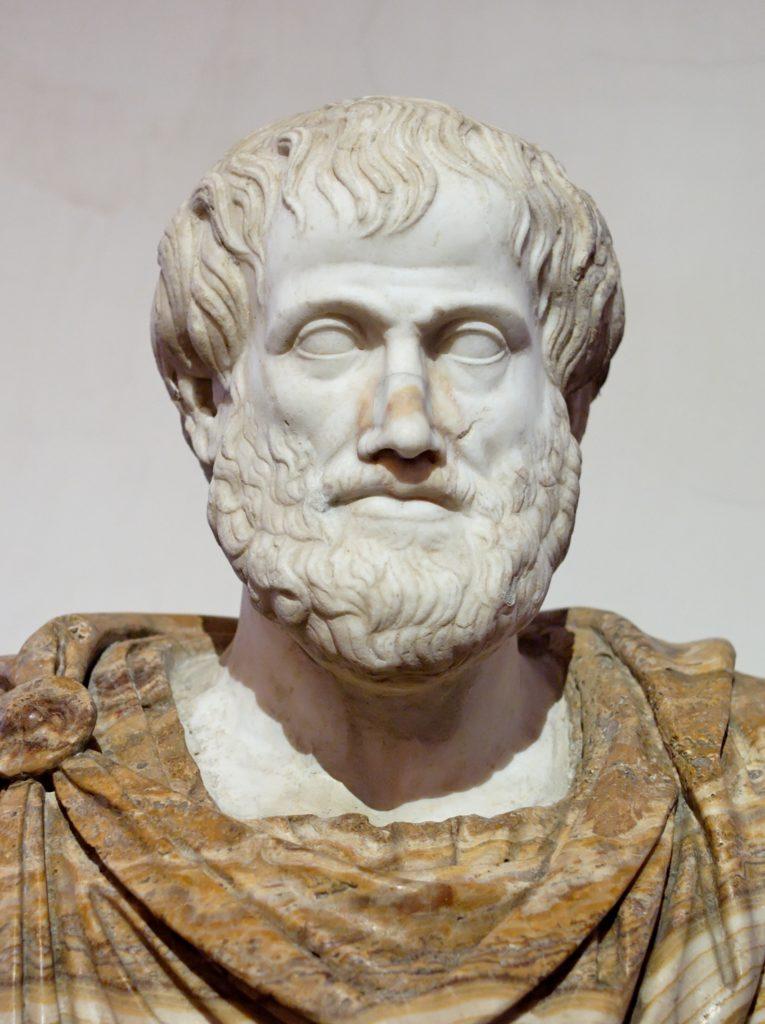 """Aristotelovo myšlení jako by bylo v přímém protikladu k tomu dnešnímu. My uctíváme změnu a extrémy. Aristoteles řekl, že """"každá změna je jen k horšímu"""", a brojil proti všem krajnostem. Tato busta je římskou kopií původní řecké sochy, jejímž autorem byl Lysippos."""